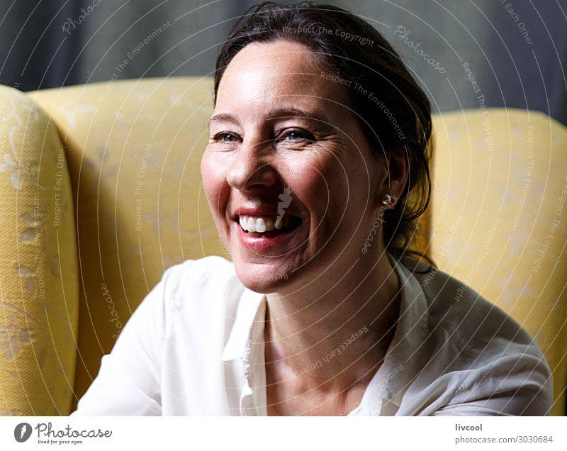 Frau Mensch schön weiß Erholung Freude Gesicht Lifestyle Erwachsene gelb feminin Gefühle Glück Kopf Denken Europa