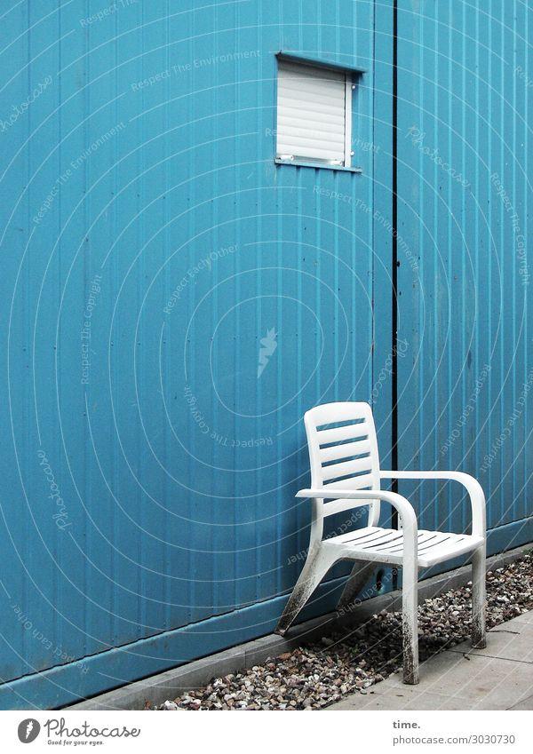 Hinterhofpause Stuhl Mauer Wand Fenster Fliesen u. Kacheln Kies stehen blau weiß Einsamkeit Erschöpfung Endzeitstimmung Erholung Erwartung Frustration Gefühle