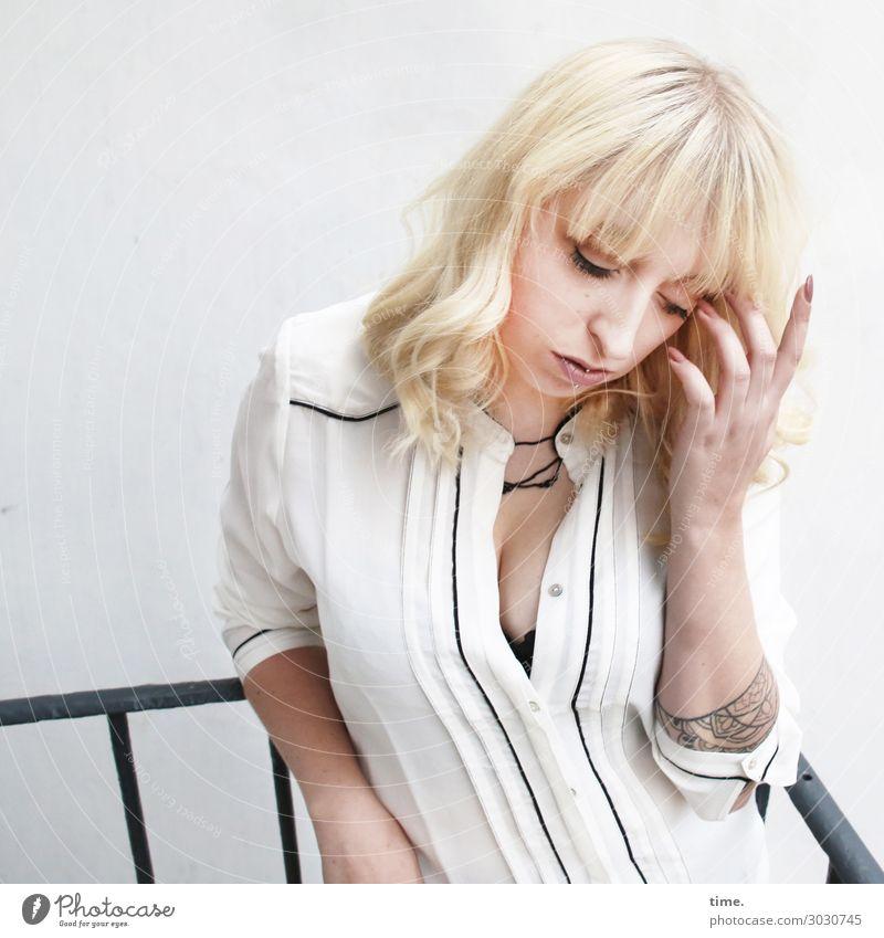 Lilly Geländer Balkon feminin Frau Erwachsene 1 Mensch Hemd Tattoo blond langhaarig Pony festhalten träumen authentisch schön Leidenschaft Hoffnung demütig