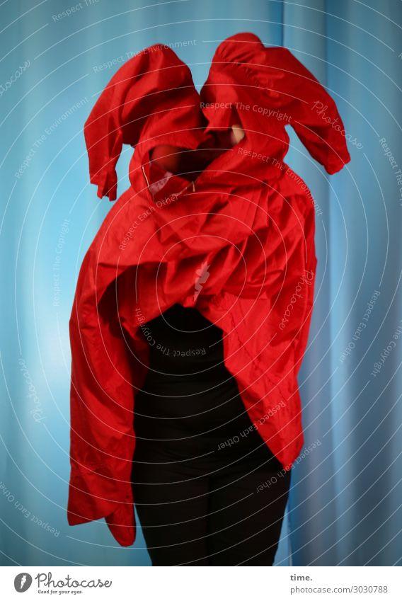 Anprobe feminin Frau Erwachsene 1 Mensch Kunst Schauspieler Hose Kleid Stoff Vorhang Gardine Bewegung festhalten stehen dunkel rebellisch blau rot Leidenschaft