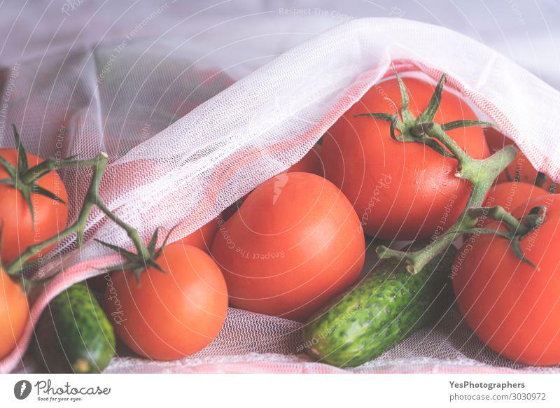 Frische Tomaten und Gurken in einem Öko-Beutel hautnah erleben. Lebensmittel Gemüse Diät Lifestyle Gesunde Ernährung Umwelt Verpackung Paket frisch Gesundheit