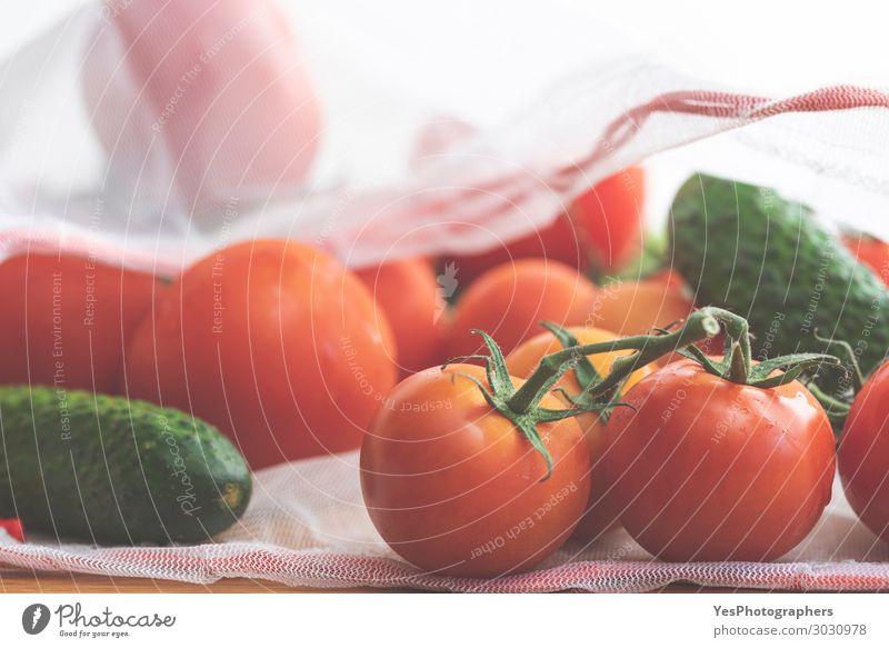 Gemüse in ökologischem Beutel aus nächster Nähe. Lebensmittel Diät Lifestyle Gesunde Ernährung Umwelt Verpackung Paket frisch Gesundheit modern grün rot weiß