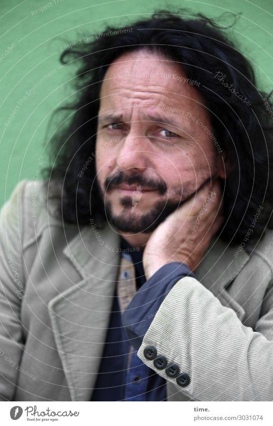 vorübergehend zweifelnd | AST 10 maskulin Mann Erwachsene Mensch Hemd Jacke schwarzhaarig langhaarig Locken beobachten Denken Blick warten Gefühle Stimmung