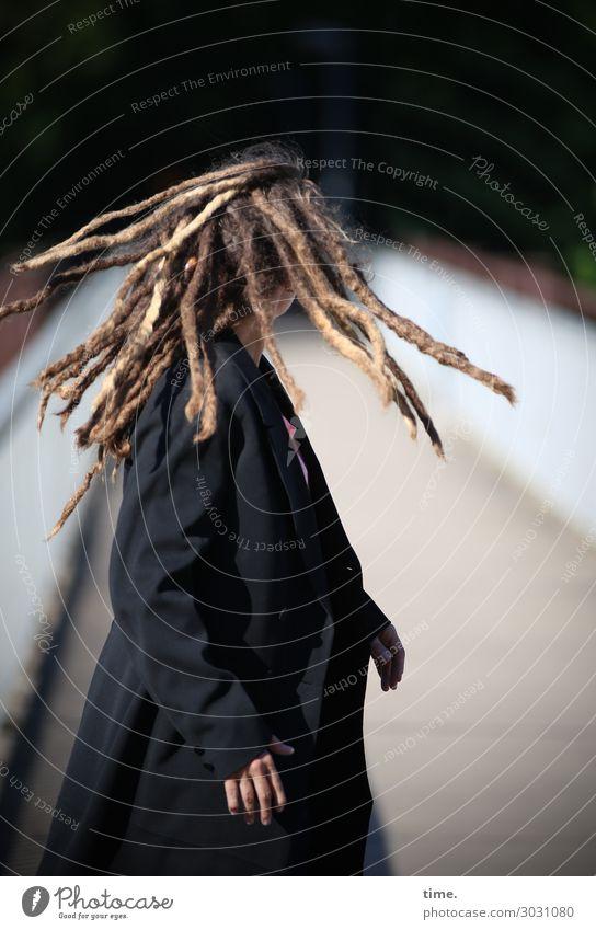 Flow | AST 10 Frau Mensch schön Erwachsene Leben feminin Bewegung außergewöhnlich Haare & Frisuren Stimmung wild blond stehen Kreativität Brücke