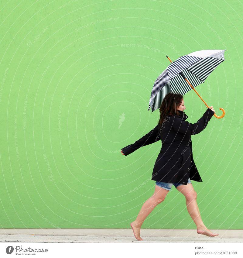 AST 10 | Mit Schirm und Charme (Melone war aus) feminin Frau Erwachsene Mensch Bühne Schauspieler Mauer Wand Hose Mantel Regenschirm Barfuß brünett langhaarig
