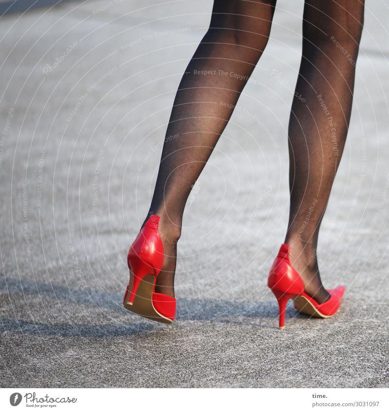 stylish | AST 10 feminin Frau Erwachsene Beine Fuß Mensch Straße Asphalt Strumpfhose Damenschuhe gehen stehen grau rot selbstbewußt Leidenschaft Zusammensein