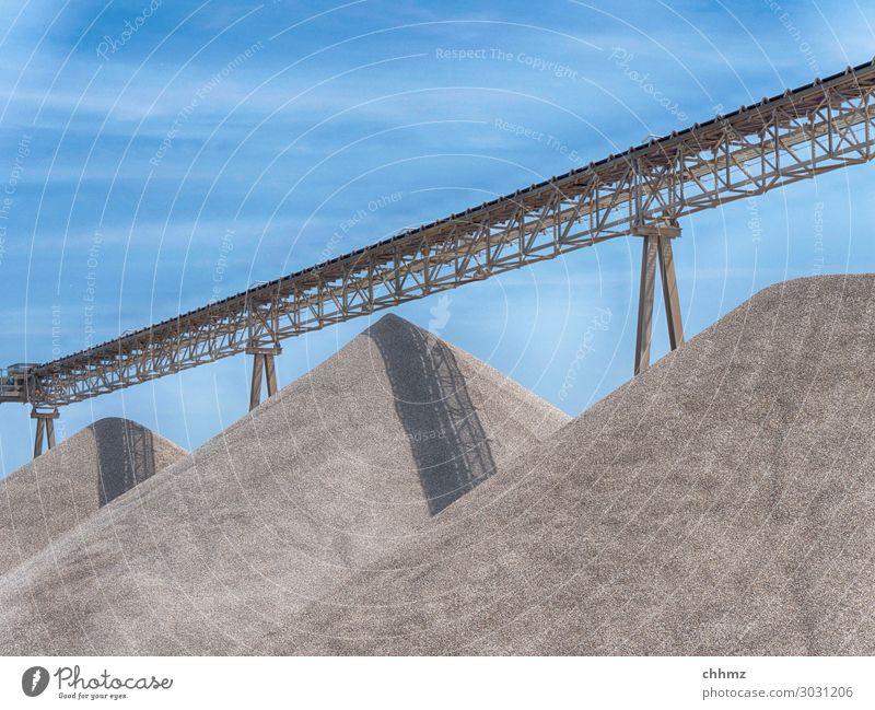 Drei Sandhügel Kies Förderband Förderturm Kieswerk Transporter Haufen Sandkasten Stahlträger Stahlkonstruktion fördern