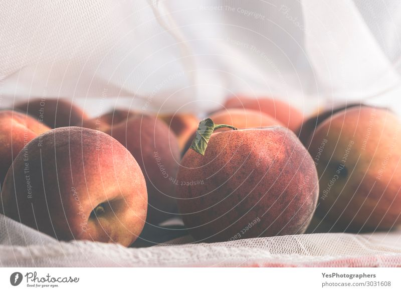 Umweltfreundliche wiederverwendbare Einkaufstaschen mit Pfirsichen Lebensmittel Frucht Diät Lifestyle kaufen Gesunde Ernährung Verpackung Kunststoffverpackung