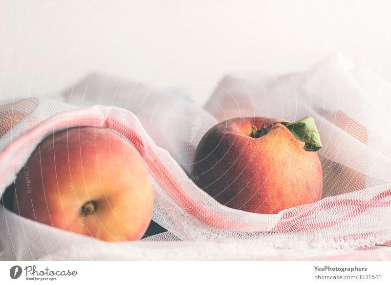 Frische reife Pfirsiche in einem umweltfreundlichen Mehrwegbeutel Lebensmittel Frucht Diät Lifestyle kaufen Gesunde Ernährung Umwelt Verpackung frisch