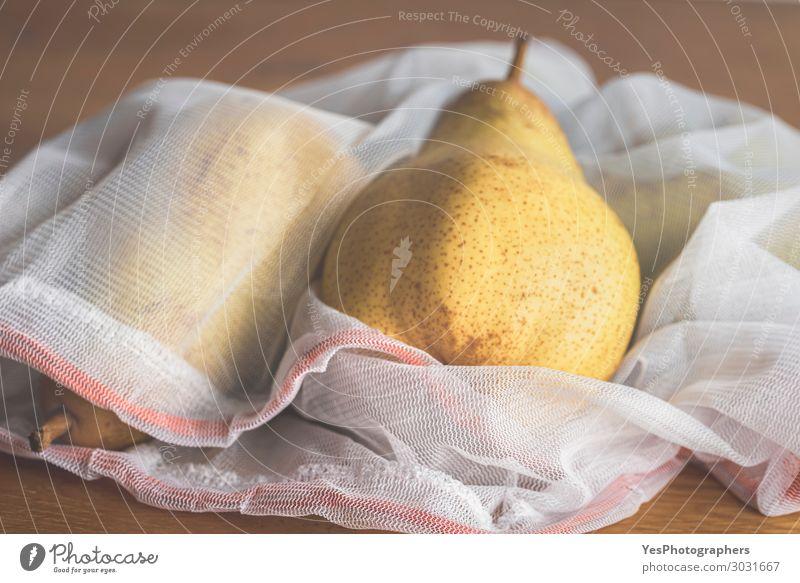 Früchte in einer wiederverwendbaren Netz-Einkaufstasche. Umweltfreundliche Taschen Lebensmittel Frucht Diät Lifestyle kaufen Gesunde Ernährung Herbst Verpackung