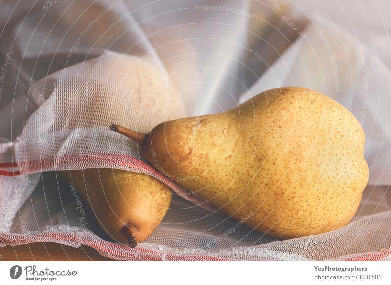 Birnen in einer wiederverwendbaren Einkaufstasche. Umweltfreundliches Einkaufen Lebensmittel Frucht Diät Lifestyle Gesunde Ernährung Herbst Verpackung Paket