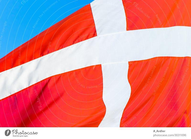 Luftig | Flagge von Dänemark Ferien & Urlaub & Reisen blau weiß rot Bewegung Europa Rücken Hinweisschild Zeichen Streifen Städtereise Fahne Kreuz Europäer wehen
