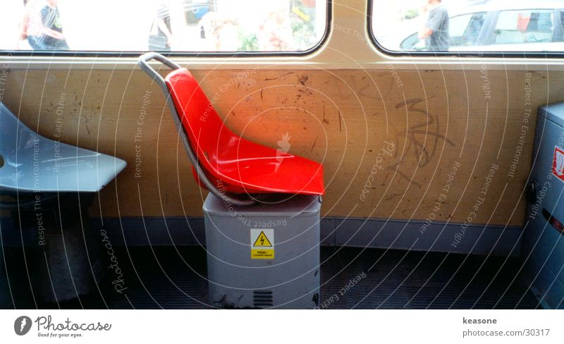 sit down please alt rot Wand Fenster Verkehr Eisenbahn Stuhl Sessel beige Linse Straßenbahn Ghetto Prag zerkratzen