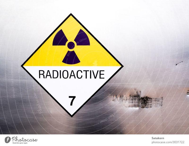 Strahlungswarnschild auf dem Etikett des Transportwagens Industrie Kernkraftwerk Umwelt Verkehr Lastwagen Container Metall Zeichen Schriftzeichen
