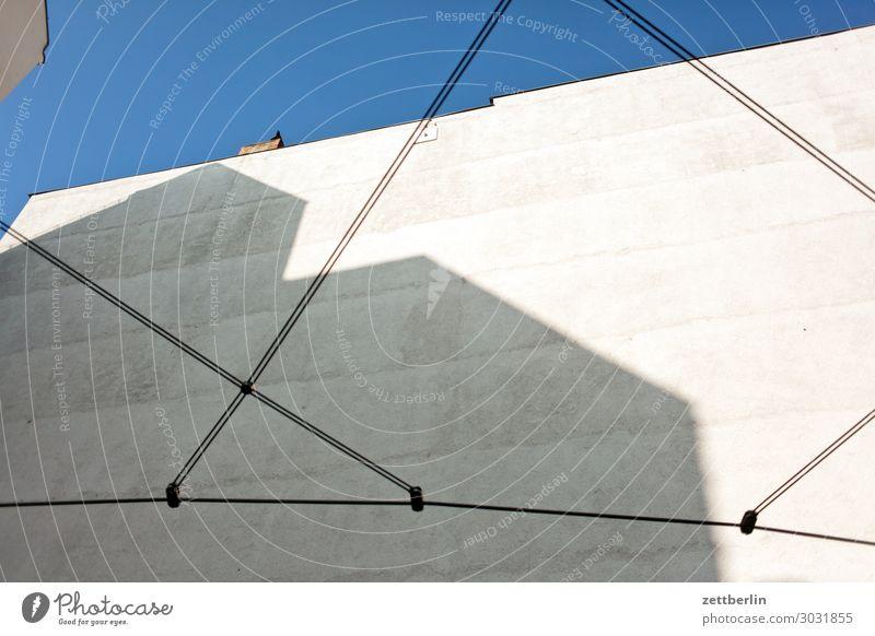 Kinderspielplatz Himmel Himmel (Jenseits) Stadt Haus Wand Textfreiraum Mauer Fassade Häusliches Leben Wetter Seil Wohnhaus Klettern Wolkenloser Himmel