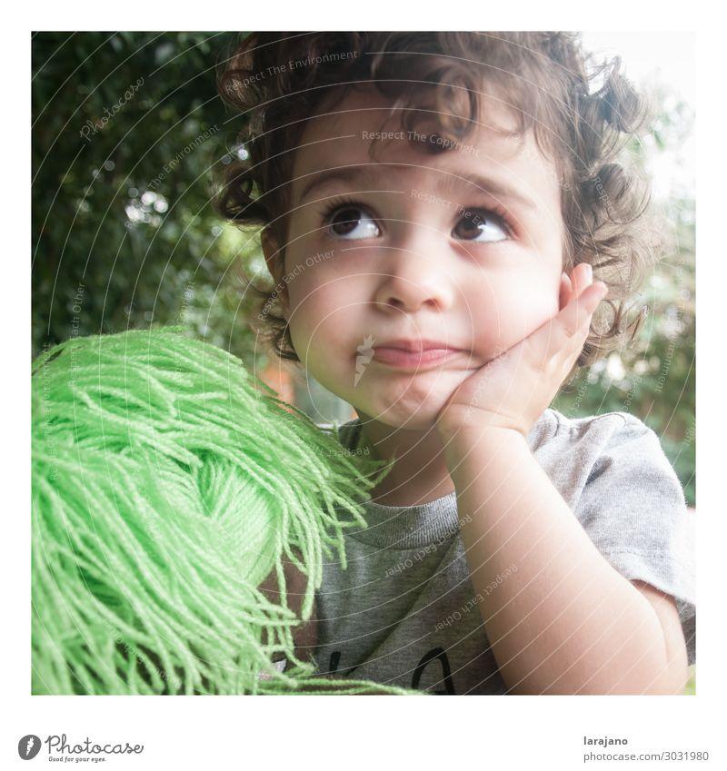 Süßes Mädchen Mensch Kind Baby 1 1-3 Jahre Kleinkind Natur Sommer Garten Locken Puppe hören Blick Wachstum grau grün Akzeptanz gehorsam geduldig authentisch