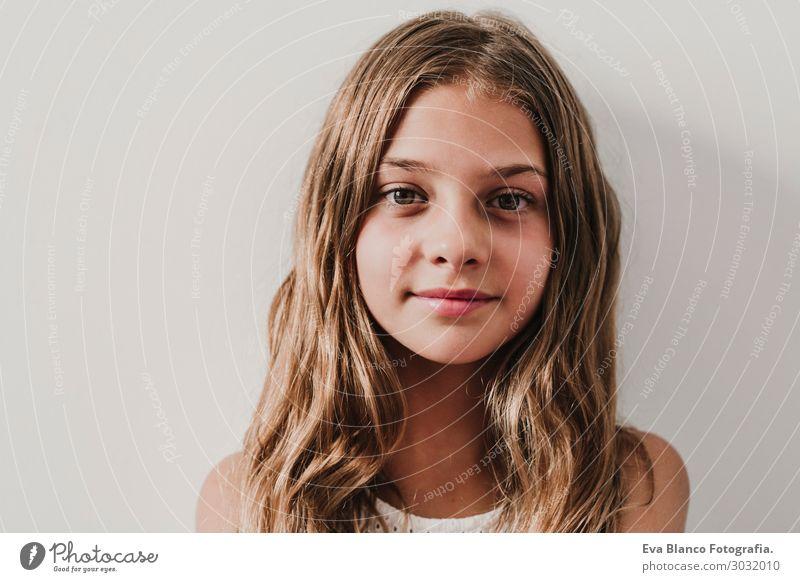 Porträt eines schönen Teenagermädchens zu Hause. Lifestyle Freude Glück Zufriedenheit Erholung Freizeit & Hobby Ferien & Urlaub & Reisen Tourismus Ausflug