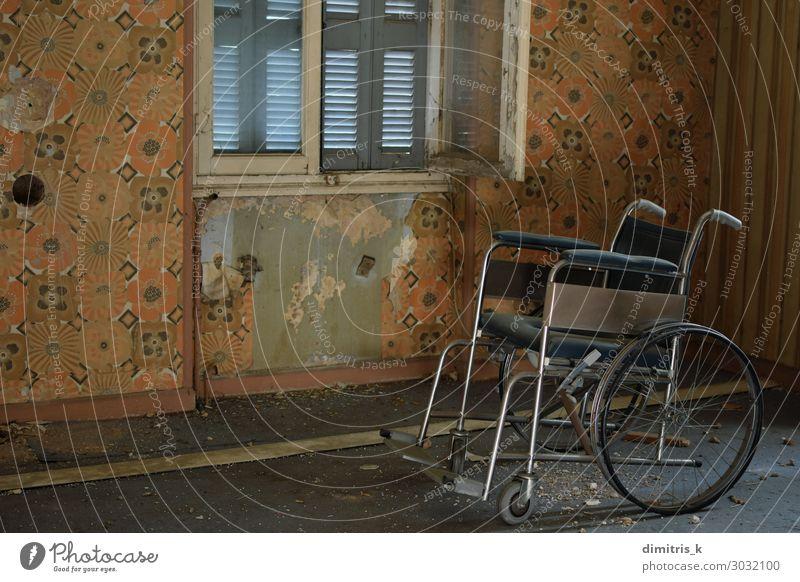 alter Rollstuhl und staubiger Boden im alten Haus Krankheit Stuhl Tapete Menschenleer Ruine gruselig retro Einsamkeit Verzweiflung vntage angeblättert Wand