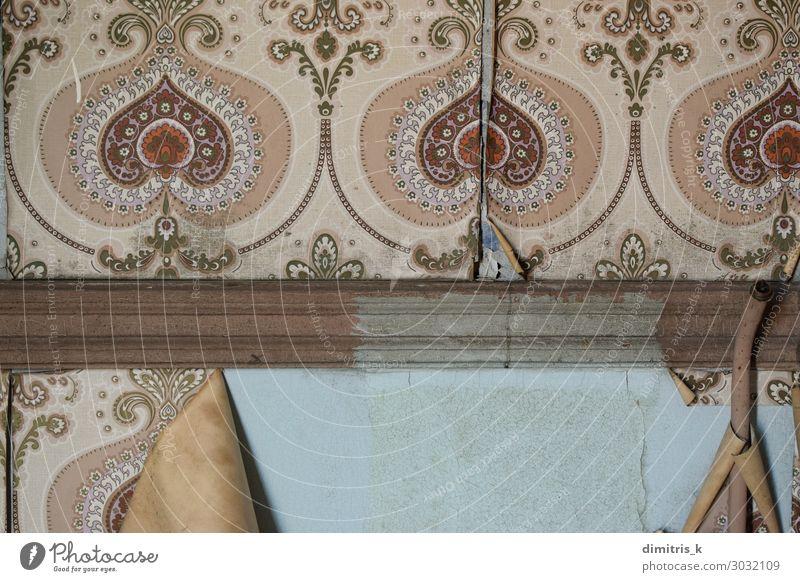 verwitterte Wand und alte zerrissene Tapete Design Dekoration & Verzierung Papier Ornament dreckig retro Nostalgie Verfall Vergangenheit Zeit altehrwürdig