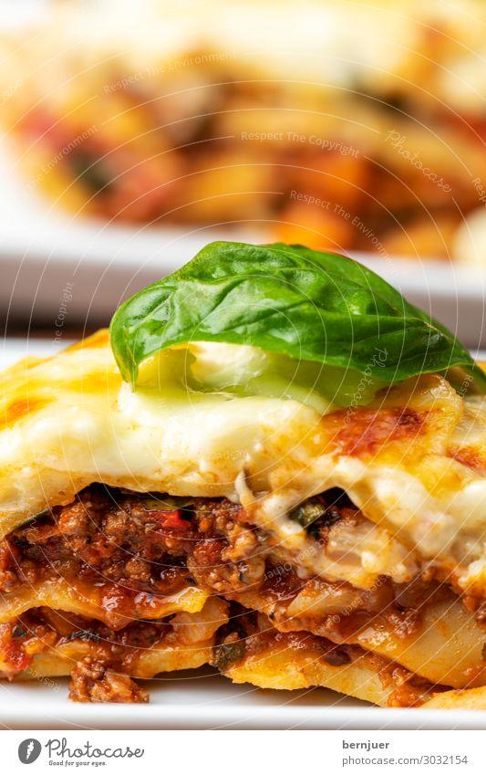 Nahaufnahme der Lasagne Holz frisch kochen & garen lecker Kitsch heiß Teller Abendessen Fleisch Mahlzeit rustikal Mittagessen backen Käse Feinschmecker Saucen