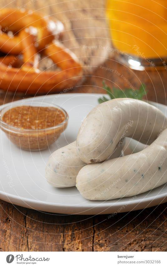 bayerische Weißwürste Wurstwaren Frühstück Mittagessen Getränk Alkohol Bier Teller Oktoberfest Holz frisch weiß Tradition Weißwurst Petersilie Würstchen