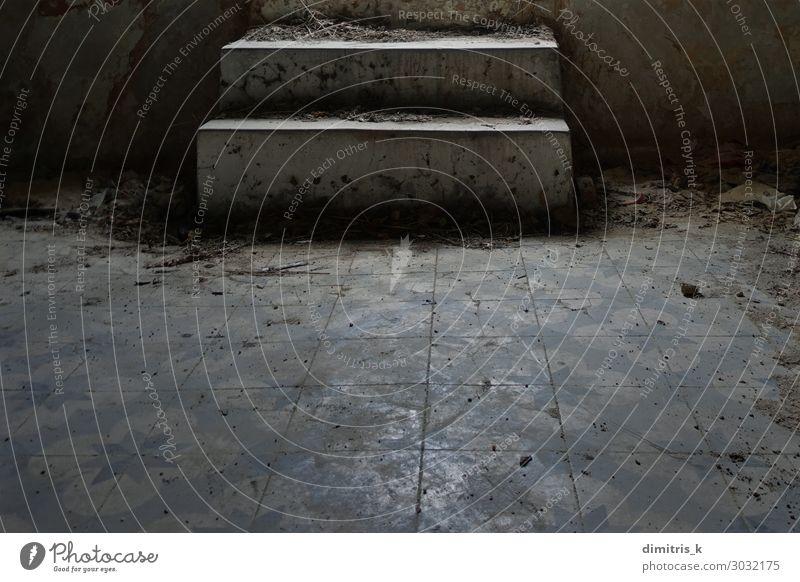 staubige Stufen und schmutziger Fliesenboden Haus Menschenleer Ruine Treppe dreckig gruselig retro Stimmung Verfall Freitreppe Fliesen u. Kacheln Etage
