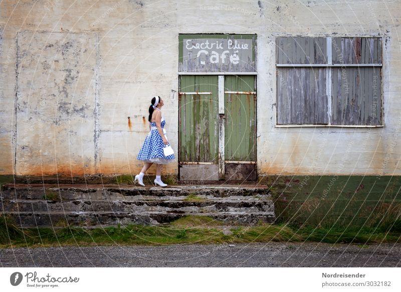 Geschlossene Veranstaltung Frau jung ausgehen Vintage lokal Location geschlossen Gastronomie Dirndl Kleid Treppe Tür Fenster vernagelt zu Wand abgelebt