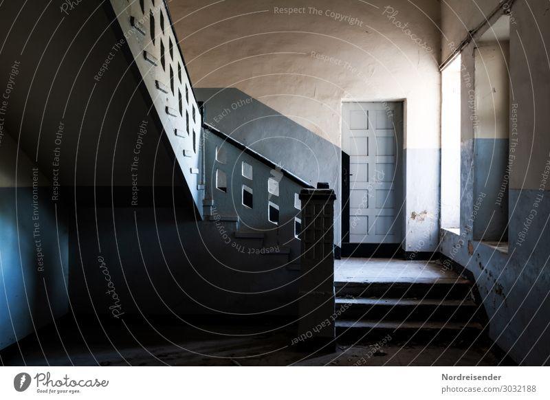 Mystisches Treppenhaus Haus Innenarchitektur Raum Stadt Fabrik Gebäude Architektur Mauer Wand Fenster Tür Wege & Pfade warten dunkel gruselig blau weiß