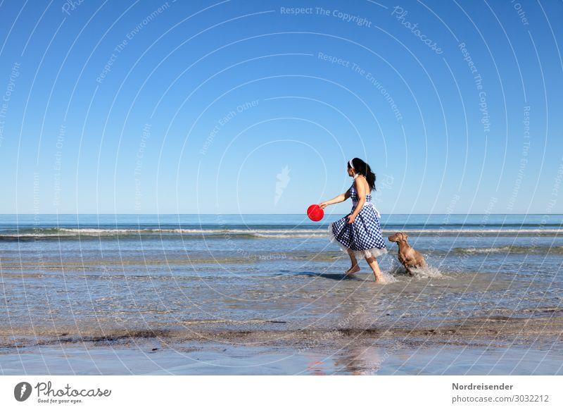 Spielen am Strand Lifestyle Leben Ferien & Urlaub & Reisen Sommerurlaub Meer Mensch feminin Frau Erwachsene Wasser Wolkenloser Himmel Schönes Wetter Wellen