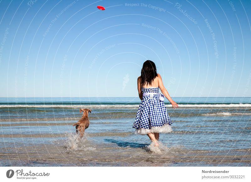 Strandspiele Ferien & Urlaub & Reisen Tourismus Sommerurlaub Meer Wellen Mensch feminin Junge Frau Jugendliche Erwachsene Wasser Wolkenloser Himmel Sonne