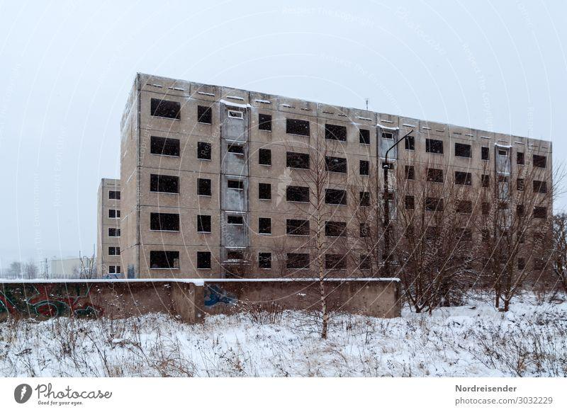 Plattenbau Arbeit & Erwerbstätigkeit Baustelle Arbeitslosigkeit Winter Schnee Stadt Menschenleer Haus Ruine Bauwerk Gebäude Architektur Fassade Beton