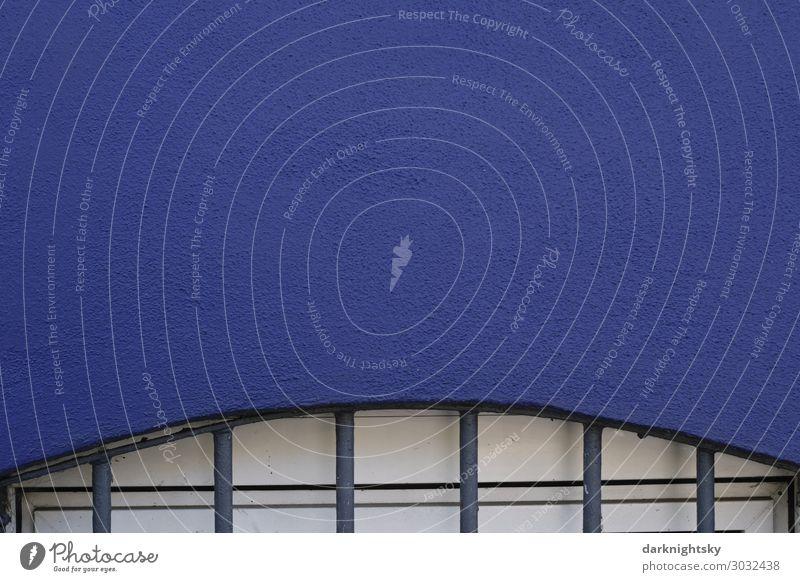 Blaue Wand mit Fenster Haus Mauer Gitter Stein Stahl Kunststoff alt neu positiv retro rund schön trashig Stadt blau weiß Vertrauen Sicherheit Schutz