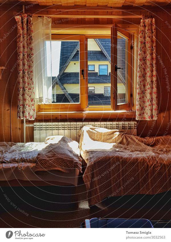 Ein warmes, launisches Zimmer, Holzgästehaus, schmutzige Laken, zwei Betten. Lifestyle harmonisch Wohlgefühl Erholung ruhig Häusliches Leben Haus Traumhaus