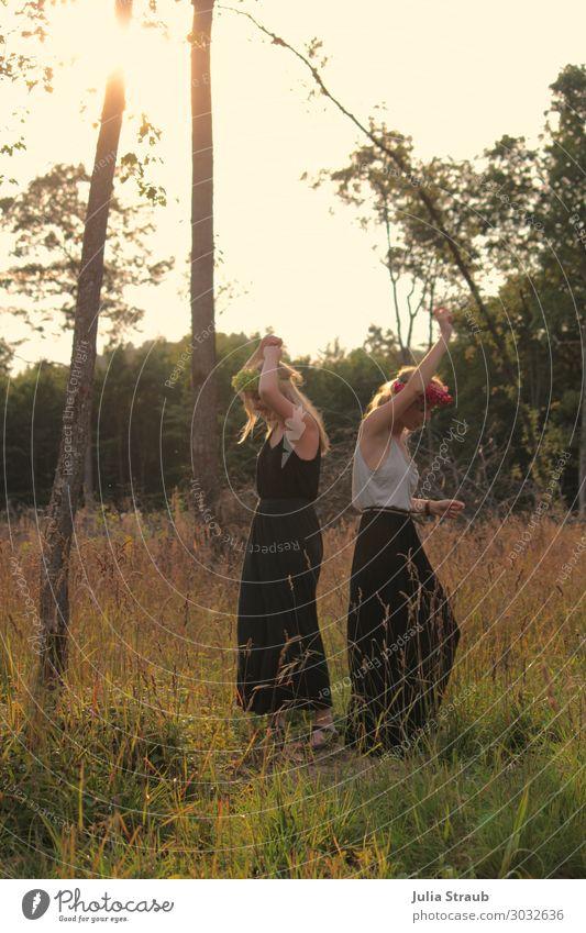 Tanzen Wald Frauen Frei feminin Erwachsene 2 Mensch 18-30 Jahre Jugendliche Sommer Schönes Wetter Wärme Baum Gras T-Shirt Rock blond langhaarig Bewegung