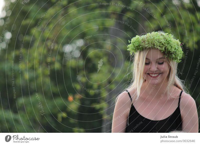 Lachen Frau Blumenkranz Wald feminin 1 Mensch 18-30 Jahre Jugendliche Erwachsene Sommer Schönes Wetter Pflanze Baum T-Shirt blond langhaarig glänzend Lächeln