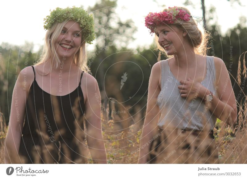 Frauen Natur Wald Blumenkranz feminin Erwachsene Freundschaft 2 Mensch 18-30 Jahre Jugendliche Sommer Schönes Wetter Dürre Baum Feld Rock Kleid Armbanduhr blond