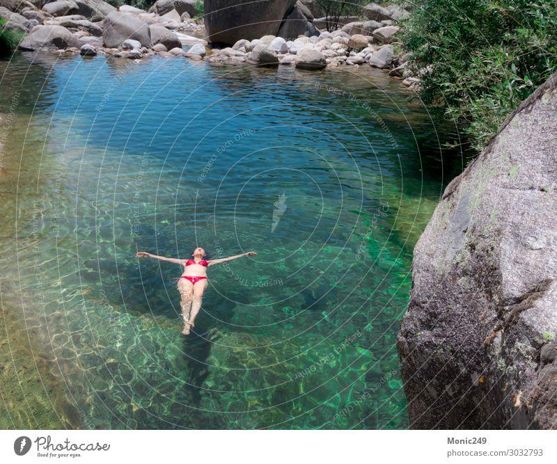 Frau mit rotem Bikini, die in einem Fluss schwimmt. Lifestyle exotisch Freude Körper Schwimmbad Ferien & Urlaub & Reisen Tourismus Sommer Sonne Berge u. Gebirge