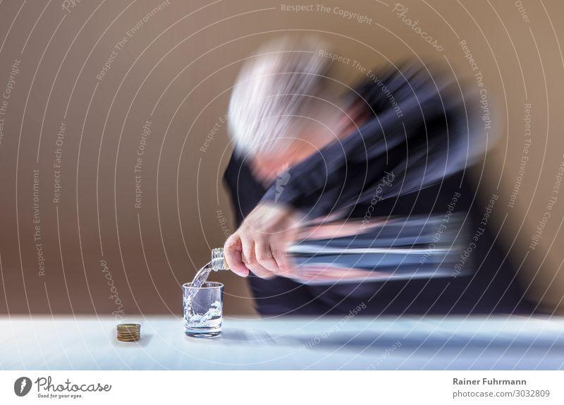 """Der Wodkatrinker Mensch maskulin Mann Erwachsene Männlicher Senior 1 """"Flasche Glas Schnapsglas Tisch Tischdecke"""" trinken Laster Hemmungslosigkeit Alkoholsucht"""