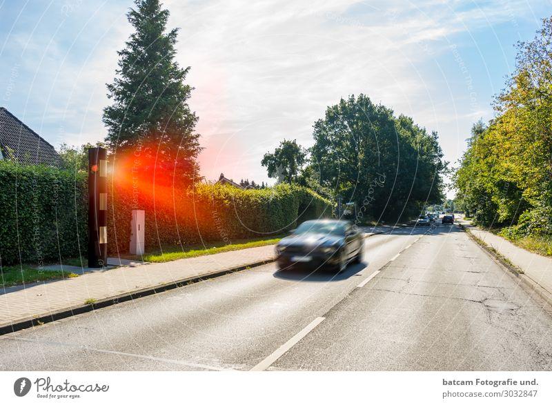 Geblitzt Radarkontrolle Geschwindigkeitsüberschreitung Blitzer Sommer Dorf Kleinstadt Stadt Verkehr Autofahren Straße Fahrzeug PKW bezahlen blau grau grün