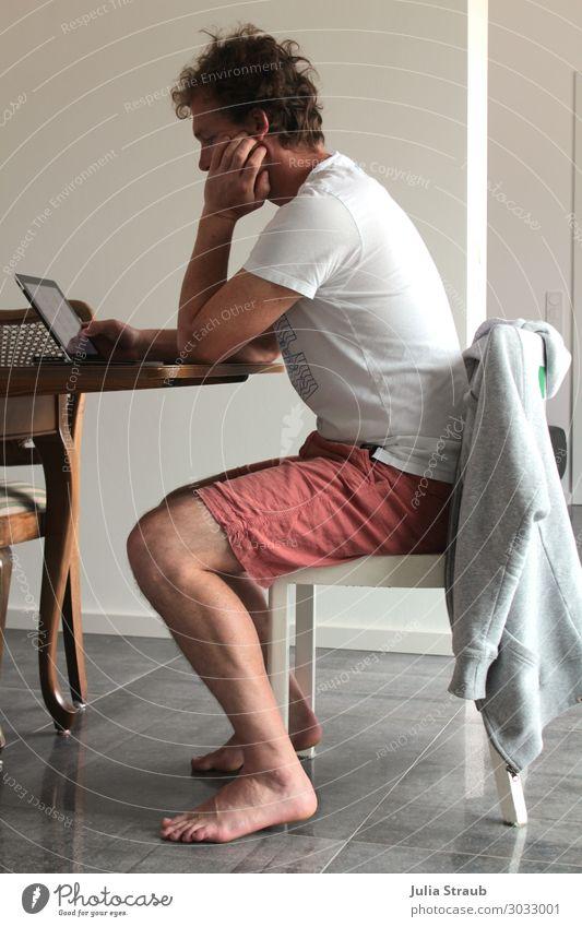 Mann sitz auf Stuhl und arbeitet am Laptop Notebook Tablet Computer T-Shirt Hose Jacke brünett kurzhaarig Locken Arbeit & Erwerbstätigkeit beobachten Denken