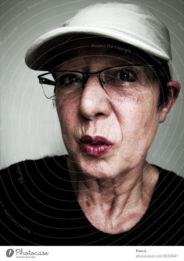 Basecap Frau Mensch alt weiß rot schwarz Gesicht Erwachsene Senior 60 und älter verrückt kaputt Brille Weiblicher Senior Mütze Irritation