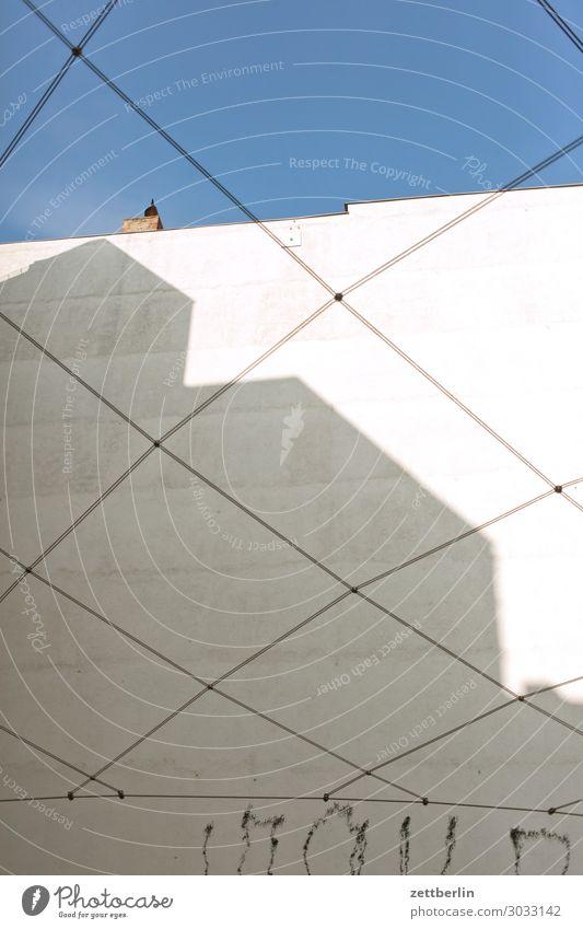 Hinterhaus mit Seilgeflecht Altbau Brandmauer Fassade Froschperspektive Haus Himmel Himmel (Jenseits) Blauer Himmel himmelblau hinten Gasse Rückansicht