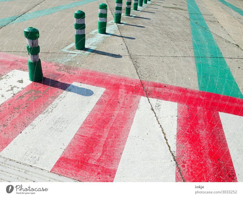 zum Fähranleger Zebrastreifen Poller Schifffahrt Kreuzfahrt Fähre Ferry Terminal Linie Streifen grün rot Güterverkehr & Logistik Warnfarbe Farbfoto