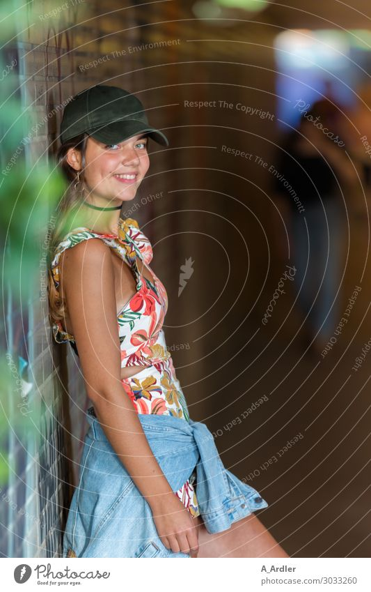 junge Frau im Fußgängertunnel Lifestyle ausgehen feminin Junge Frau Jugendliche Erwachsene Körper 1 Mensch 18-30 Jahre Jugendkultur Party Tunnel Mode Bekleidung