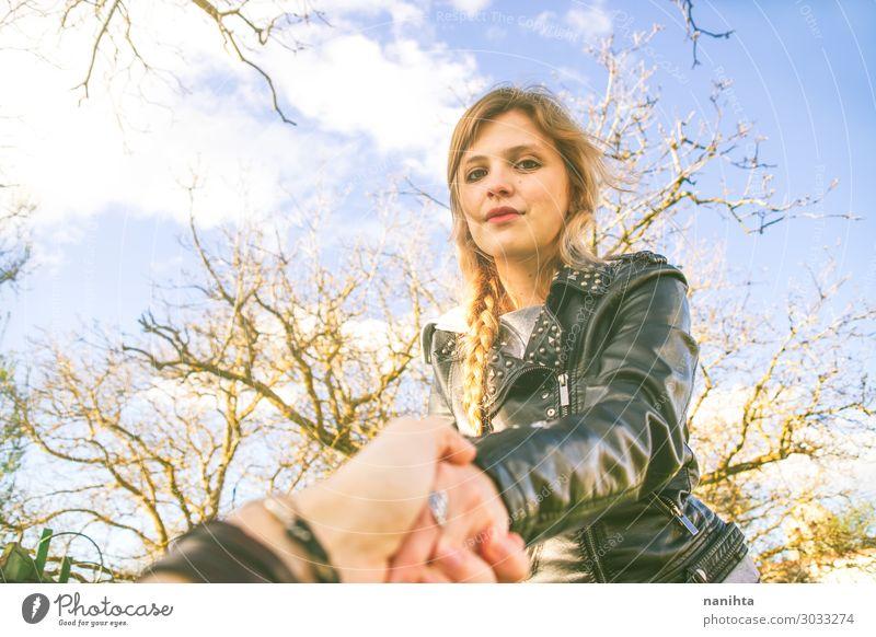 Junge blonde Frau hält die Hand ihres Freundes. Lifestyle Glück Leben Mensch feminin Junge Frau Jugendliche Erwachsene Freundschaft Paar 1 18-30 Jahre Umwelt