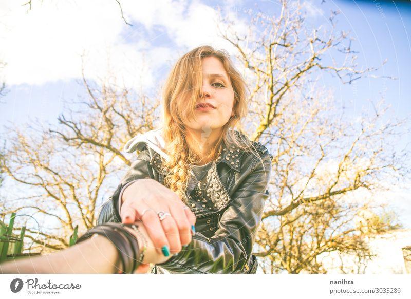 Junge blonde Frau hält die Hand ihres Freundes. Lifestyle Glück Leben Mensch feminin Junge Frau Jugendliche Erwachsene Familie & Verwandtschaft Freundschaft