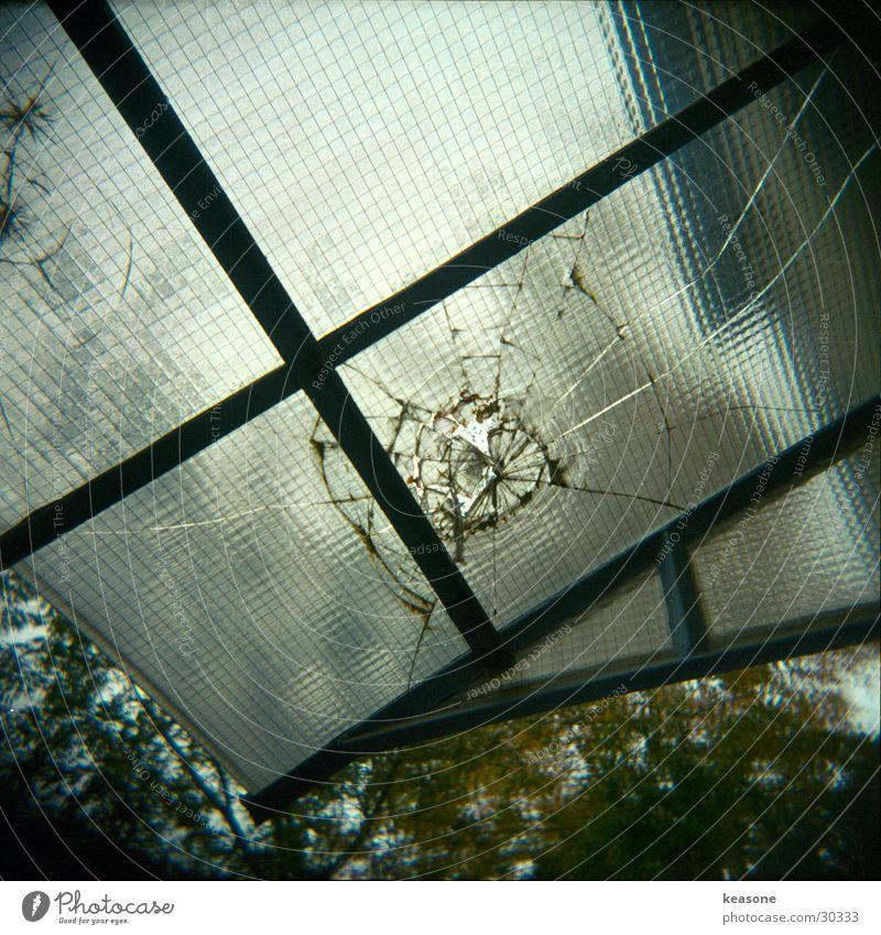 glasus Fenster Glas kaputt gebrochen Fensterscheibe Draht Hauseingang