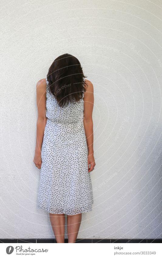 Verstecken für Anfänger Lifestyle Stil Frau Erwachsene Körper Haare & Frisuren 1 Mensch 18-30 Jahre Jugendliche 30-45 Jahre Mauer Wand Fassade Kleid Sommerkleid