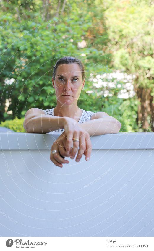 Die Frau Nachbarin Freizeit & Hobby Garten Gartenzaun Mauer Erwachsene Leben Gesicht Arme Hand 1 Mensch 18-30 Jahre Jugendliche 30-45 Jahre Sommer