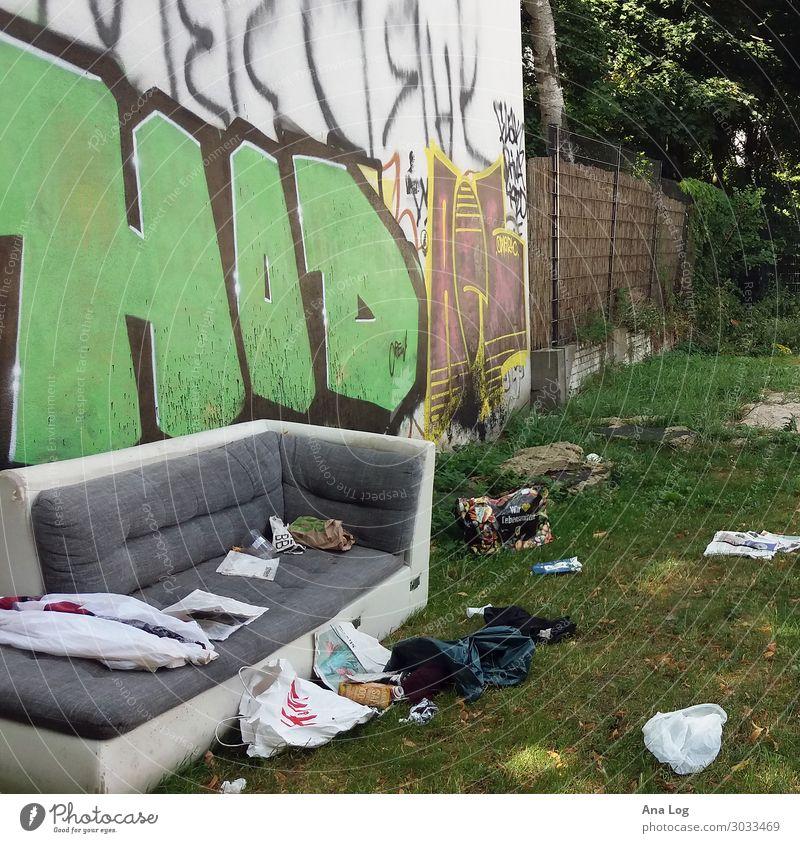 urbaner Notraum I Wohnung Subkultur Sommer Wiese Berlin Menschenleer Bauwerk Gebäude Architektur Mauer Wand Fassade Beton Graffiti Häusliches Leben authentisch